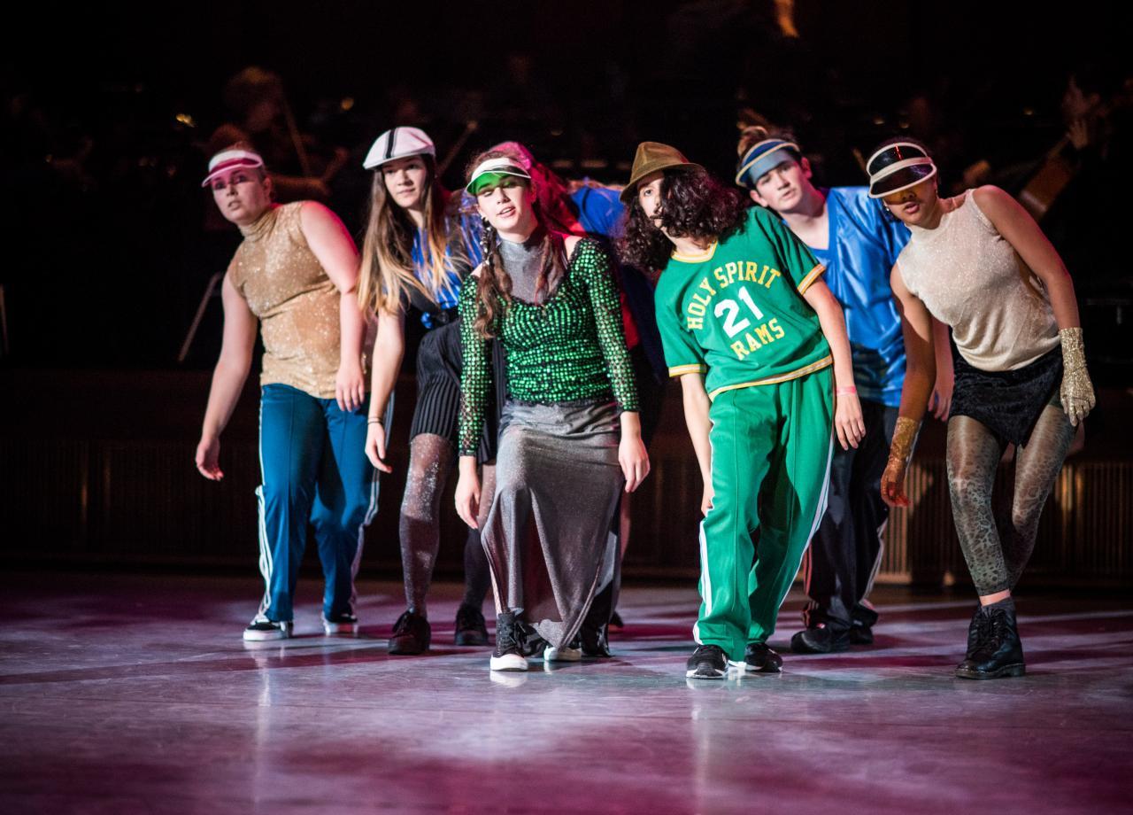 Leerlingen van het vmbo dansen met club Guy & Roni in het project Move it!