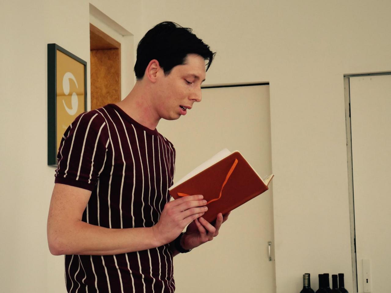 Luuk draagt voor uit zijn notitieboekje