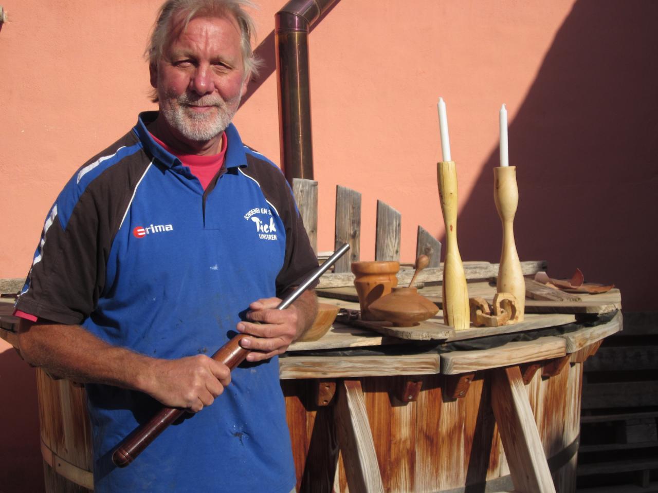 Dirk met zijn gereedschap en creaties