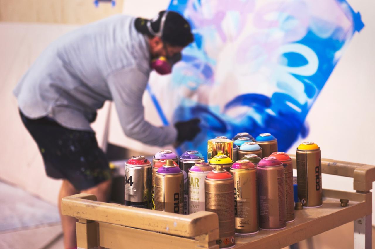 Graffiti artiest met zijn werkspullen