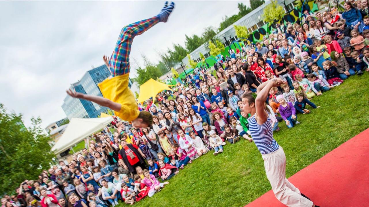 Acrobatische act van Upsala Circus uit Sint Petersburg