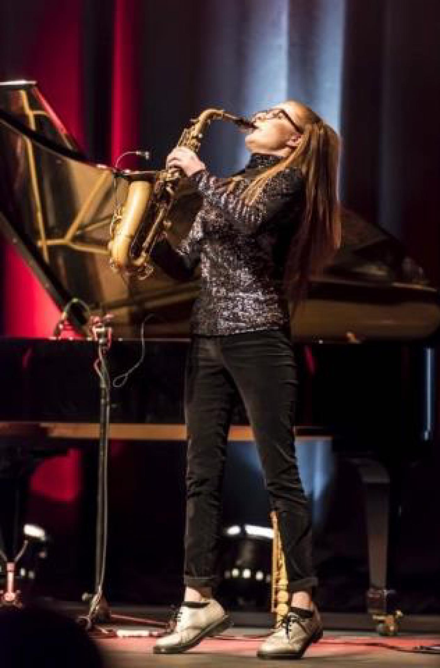 Saxofoon spelend meisje