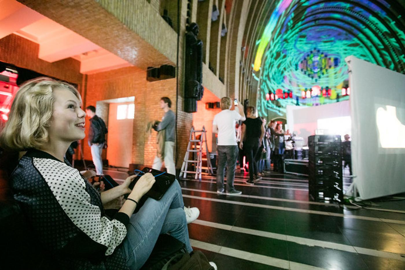 meisje projecteert via beamer op dak van bibliotheek