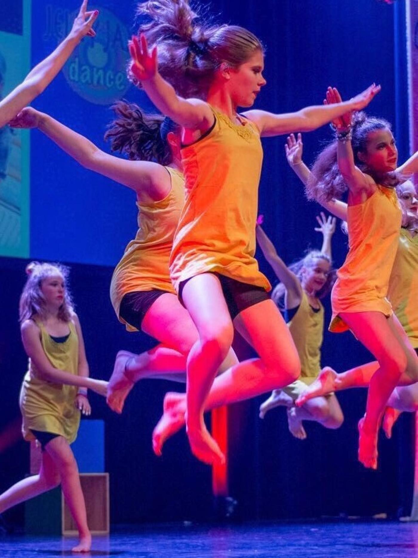Fien springend op het podium