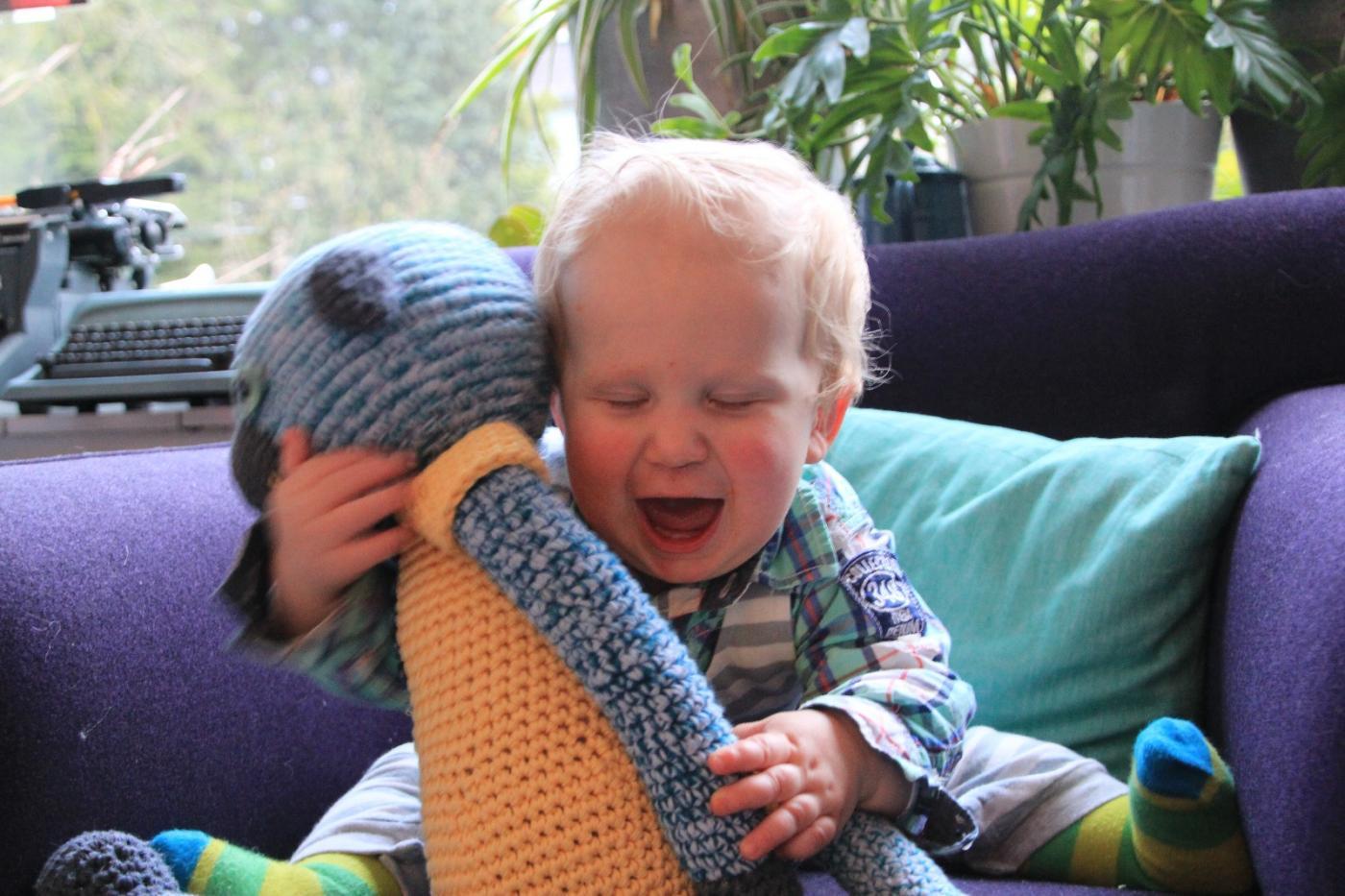 Myrthes neefje met een van haar knuffels