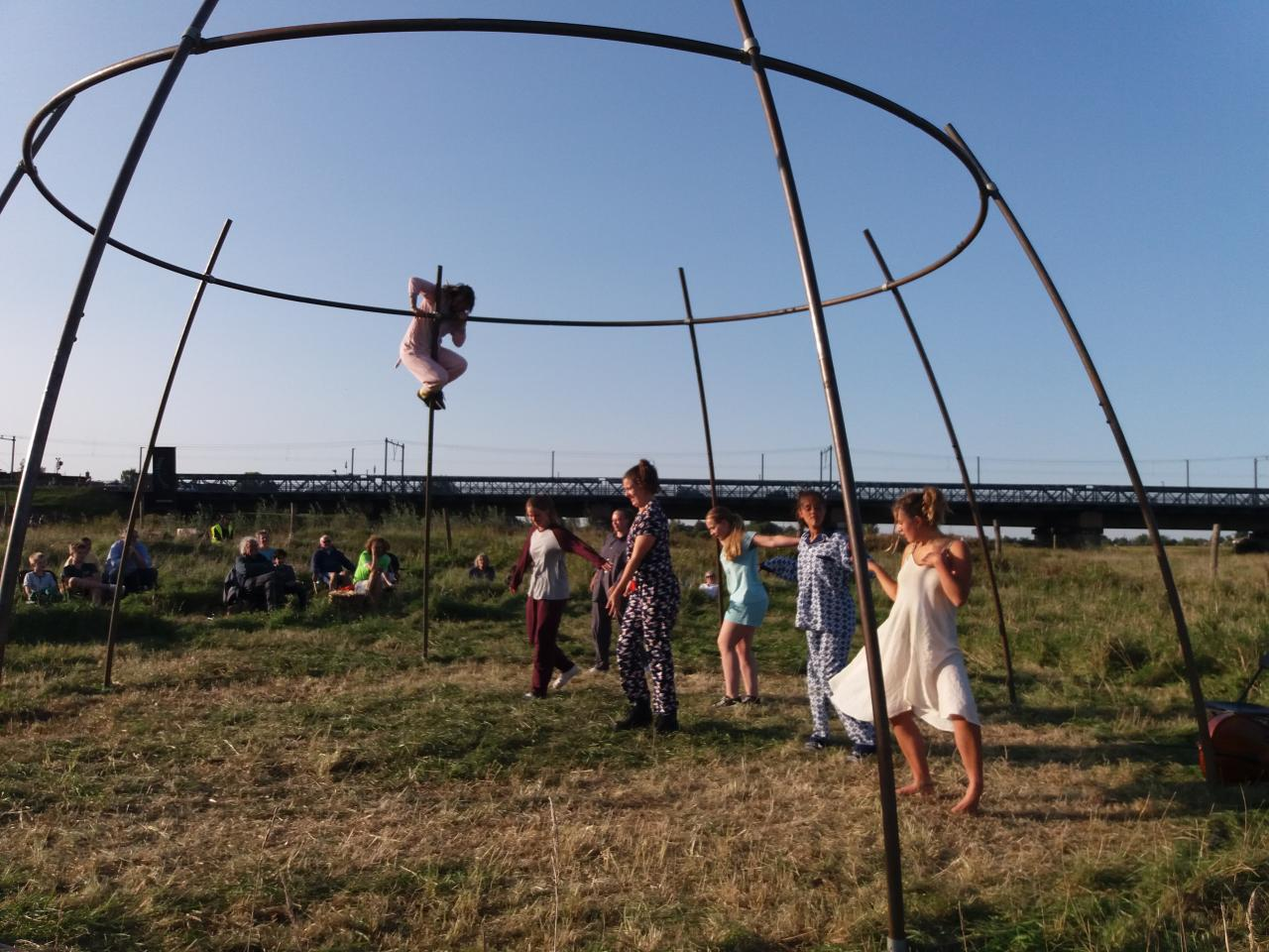 Jonge Duitse en Nederlandse theatermakers in actie tijdens Festival Oeverloos