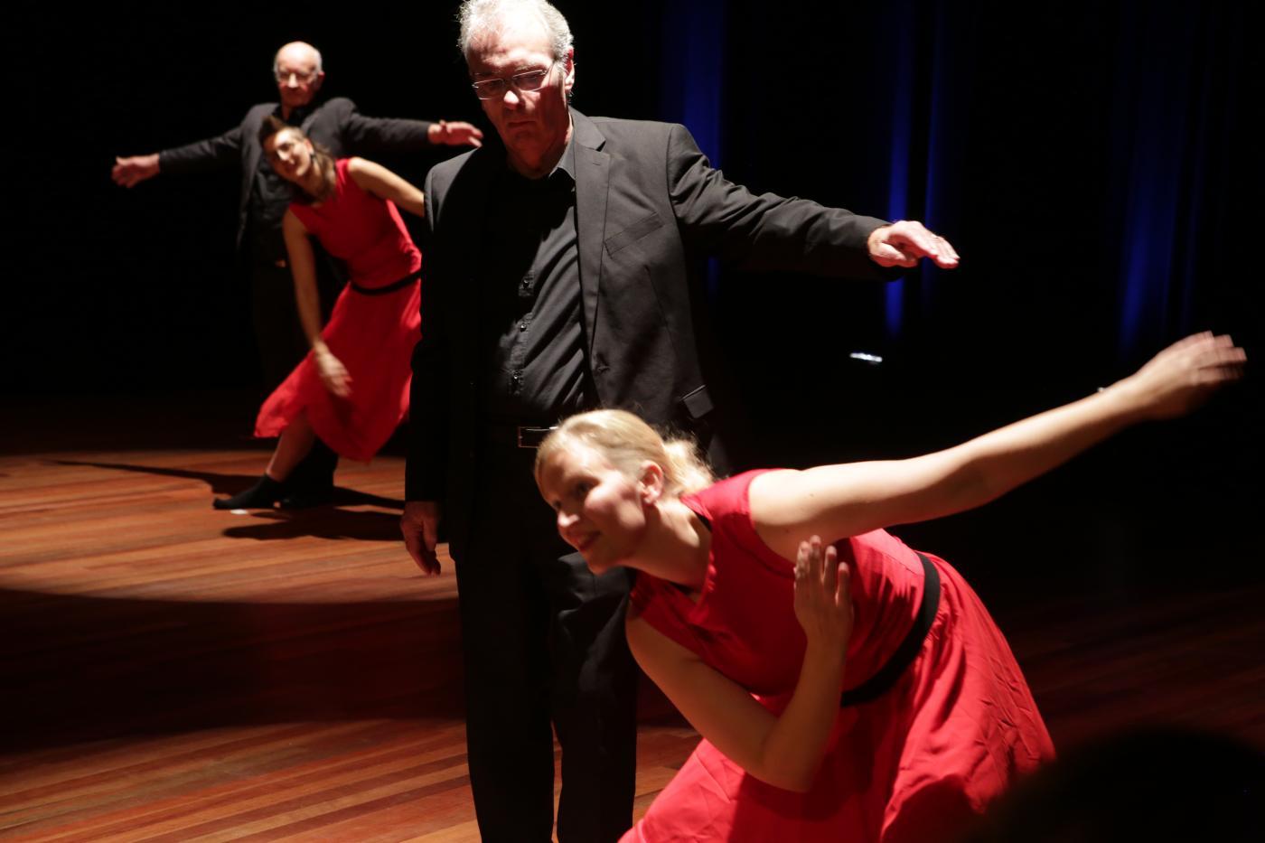 Dansende ouderen op het podium
