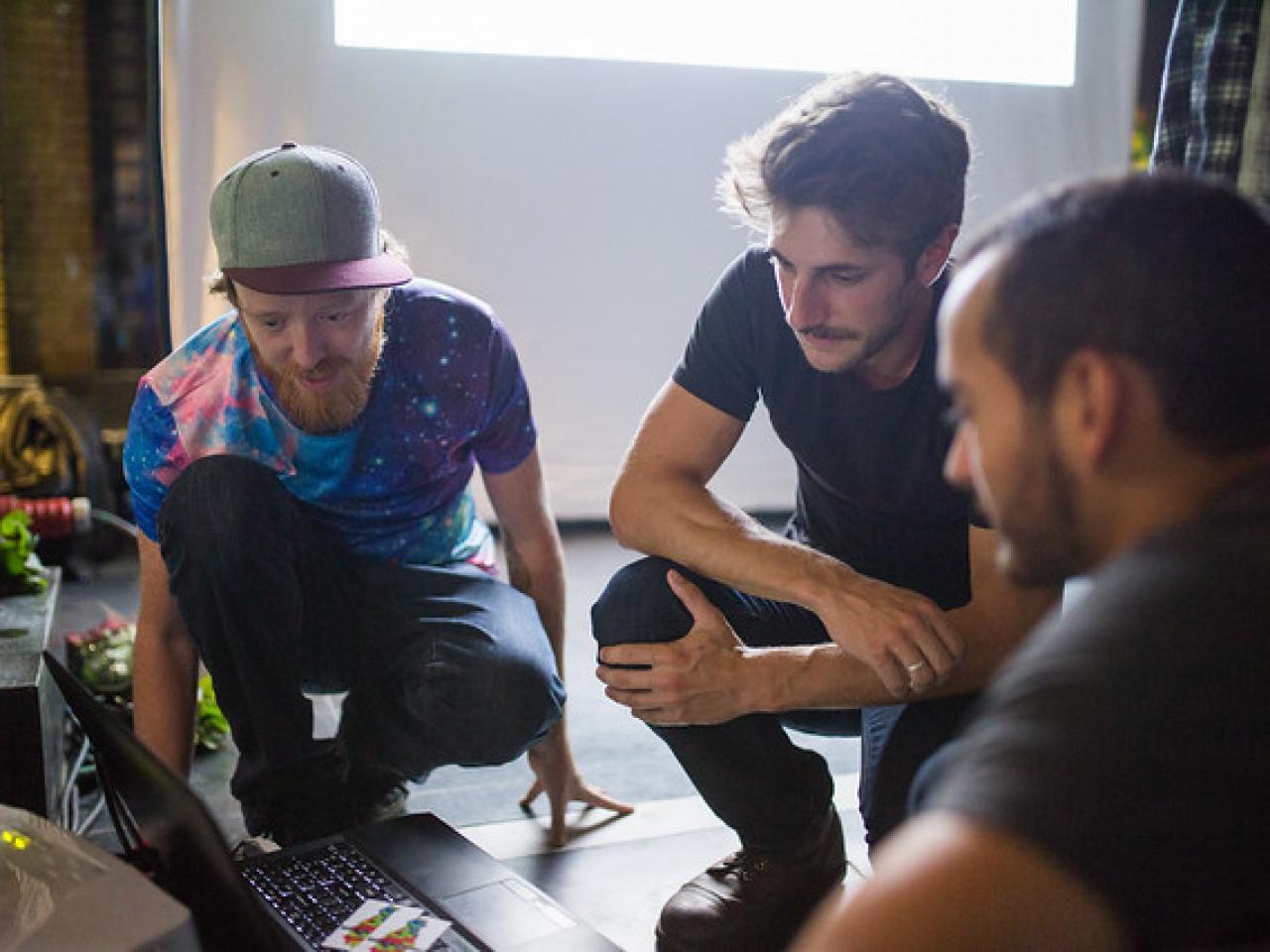 Jonge mannen om een laptop heen. Foto via SETUP Medialab Utrecht