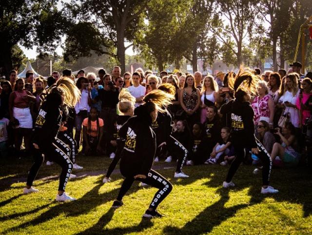 Groep jonge dansers in het park