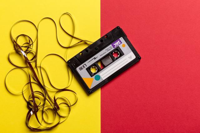 Illustrerende afbeelding van een casettebandje op een felgekleurde achtergrond
