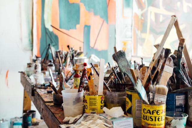 Maker met pen en verf op doek