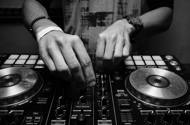 DJ aan het werk