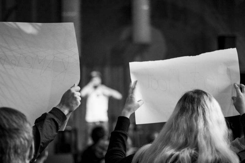 Het publiek schrijft input voor Tijmens raps op papier