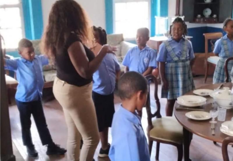 Kinderen van de Bethel Methodist School leren over het leven van hun voorouders