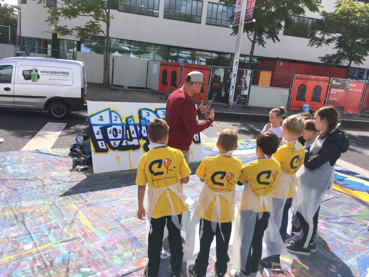 Cultuur@Cruyffcourts Open dag. Kinderen op Cruyffcourt bezig met graffitti.