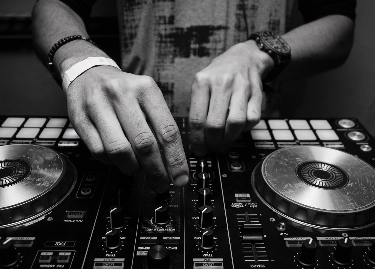 DJ aan het werk met de knoppen