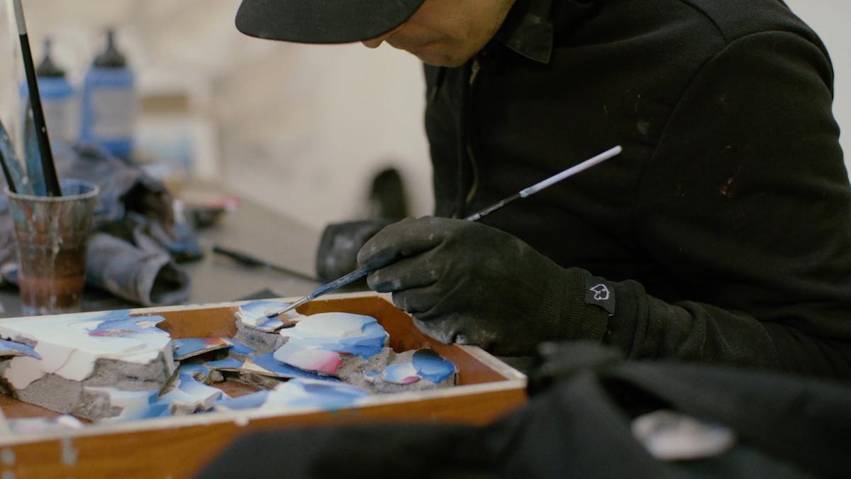 DOES aan het werk in zijn atelier