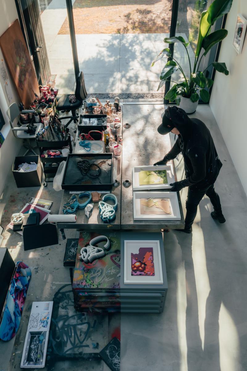 DOES in zijn atelier/galerie