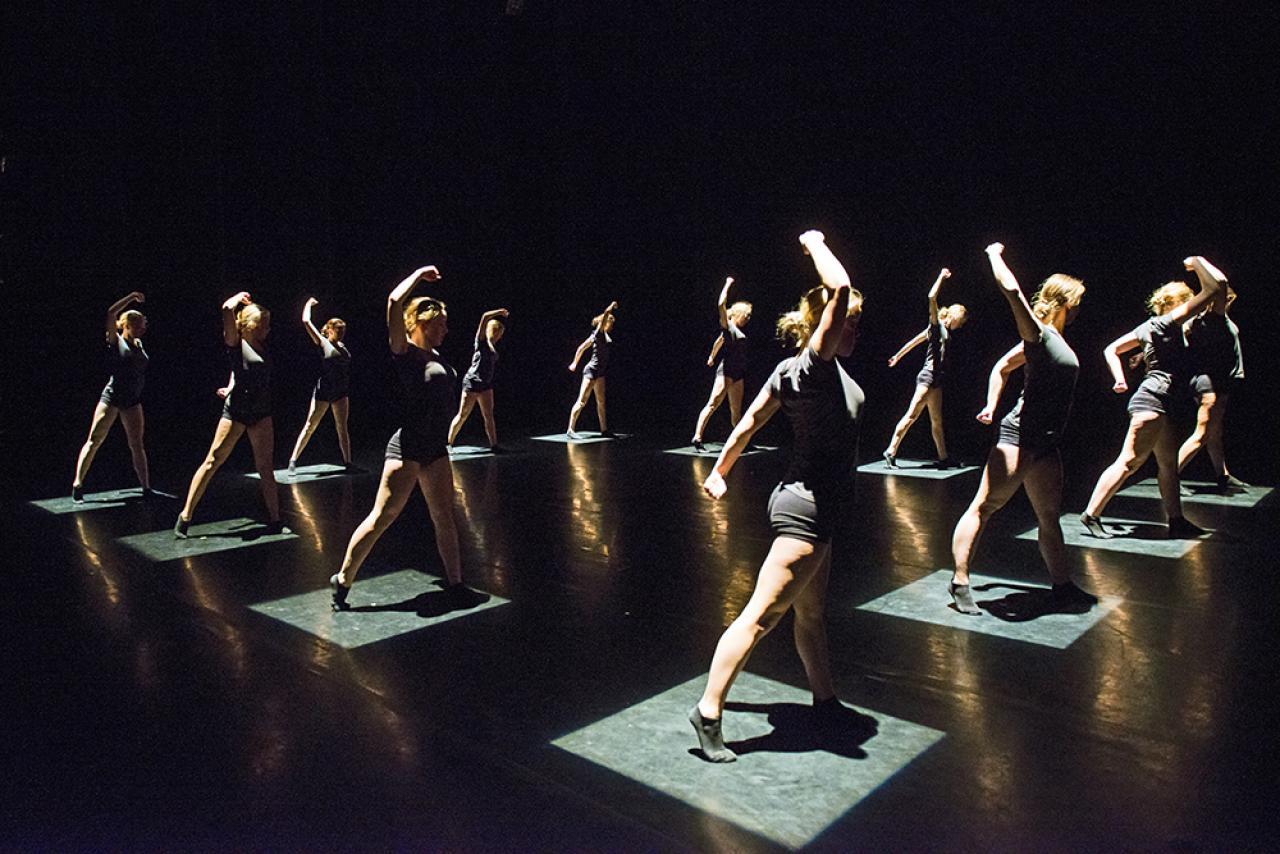 Dansers op een podium