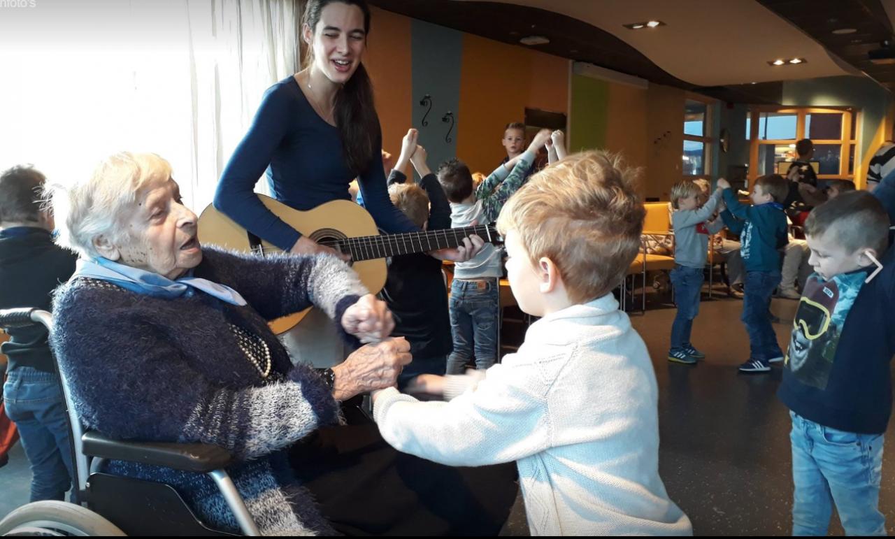 Kleuter zingt samen met bewoner in Zeeuwse zorginstelling