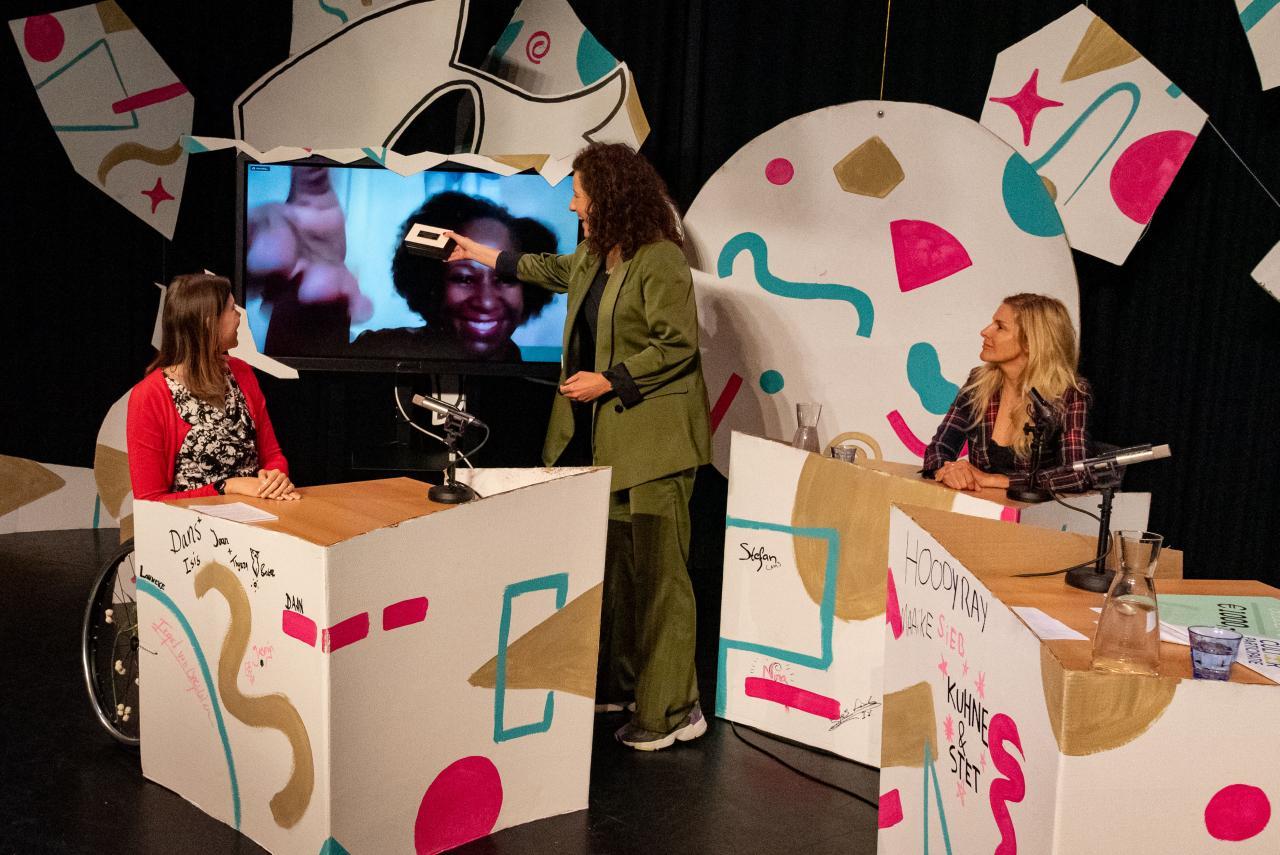 Minister van Engelshoven reikt in online talkshow de Gouden C uit aan Sharina Gumbs - Foto: Keith Montgomery