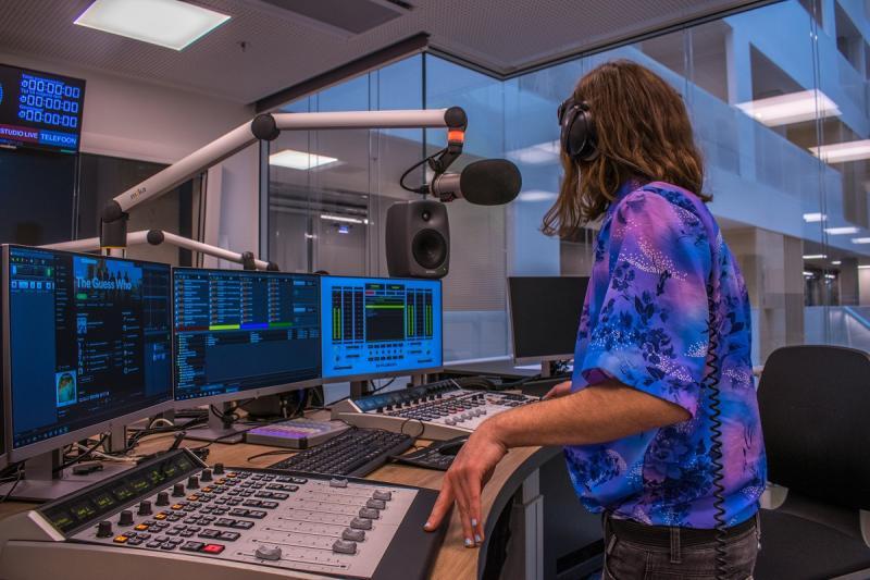 Hannah van Rhee werkt in de studio aan de podcast QueerSounds