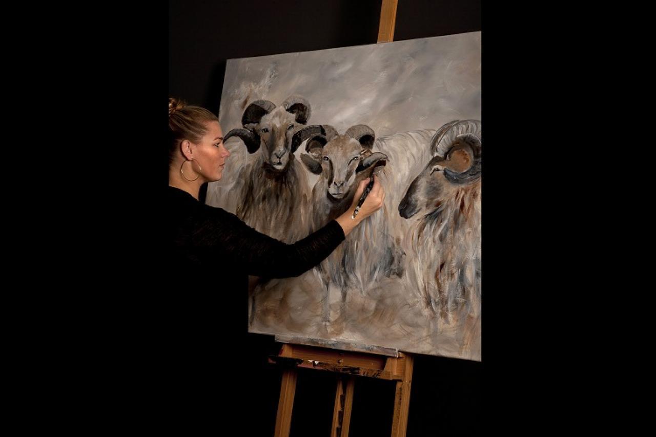 Judith werkt met grove streken aan dierenportret