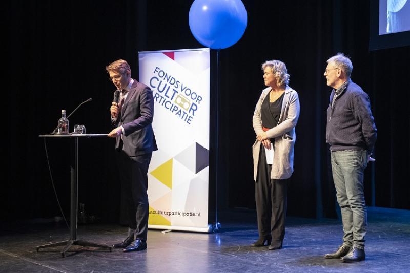 Jurylid Wim Hillenaar, BNG Cultuurfonds en burgemeester Cuijk, maakt winnaar bekend