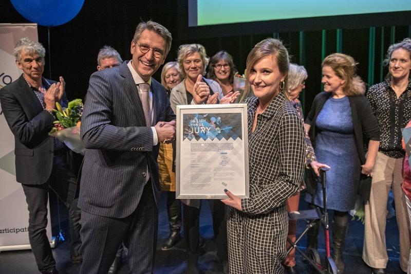 Wim Hillenaar overhandig juryrappport aan Haarlem