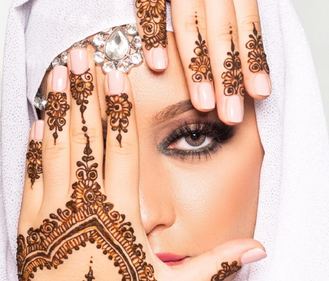 Kaoutar Azzahchi maakt bruidsversieringen met henna