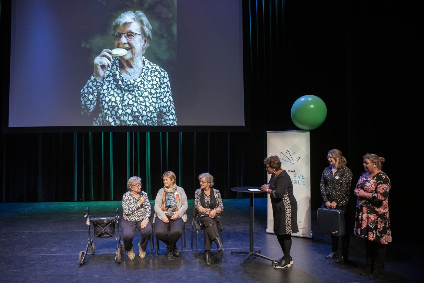 Noraly Beyer in gesprek met deelnemers van het project Helmond in honderd stukses