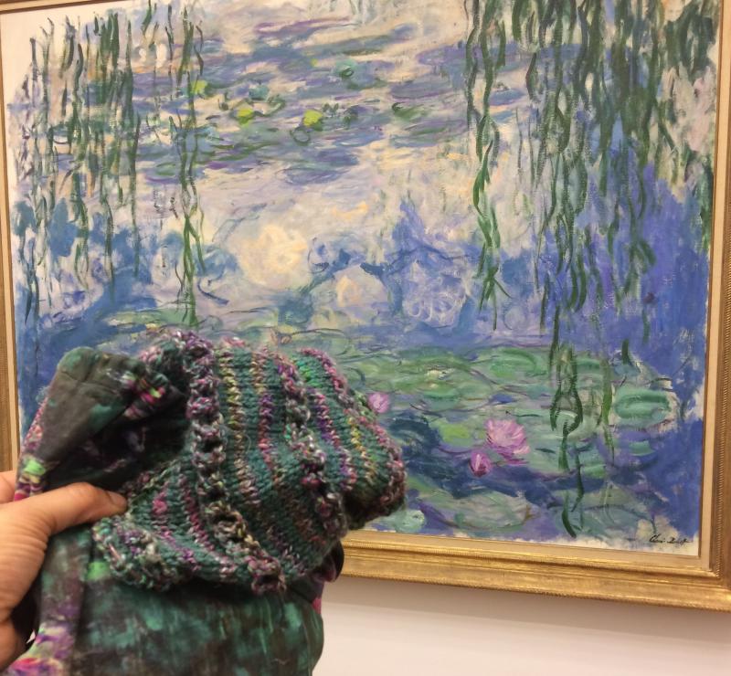 Deze Monet-trui is nog niet af. Een vriendin spint de wol voor de mouwen op een spinnenwiel.