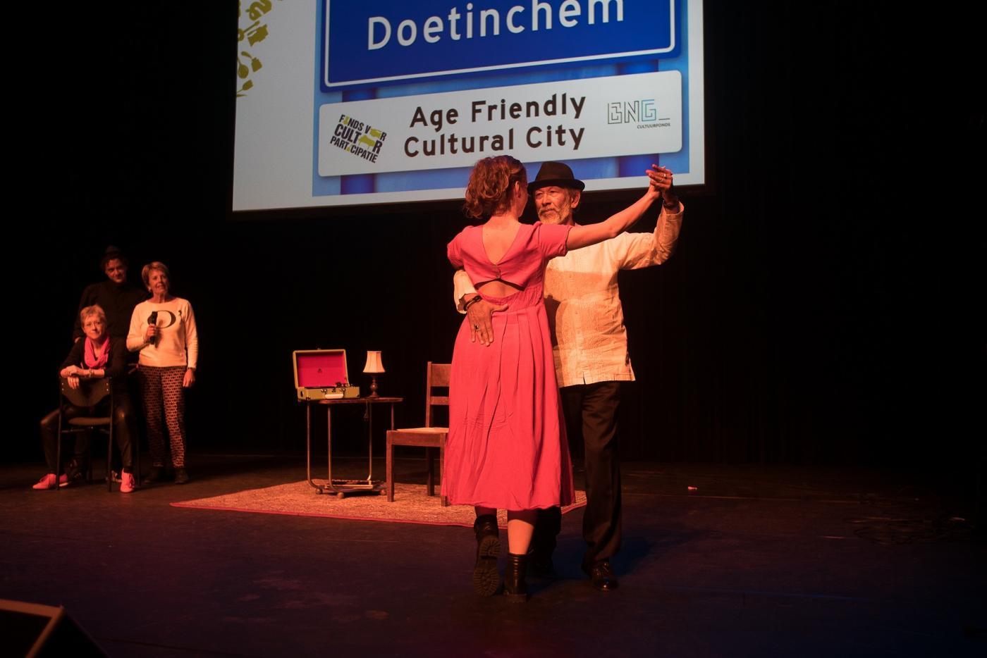 Ouderen uit Age Friendly Cultural Doetinchem dansen