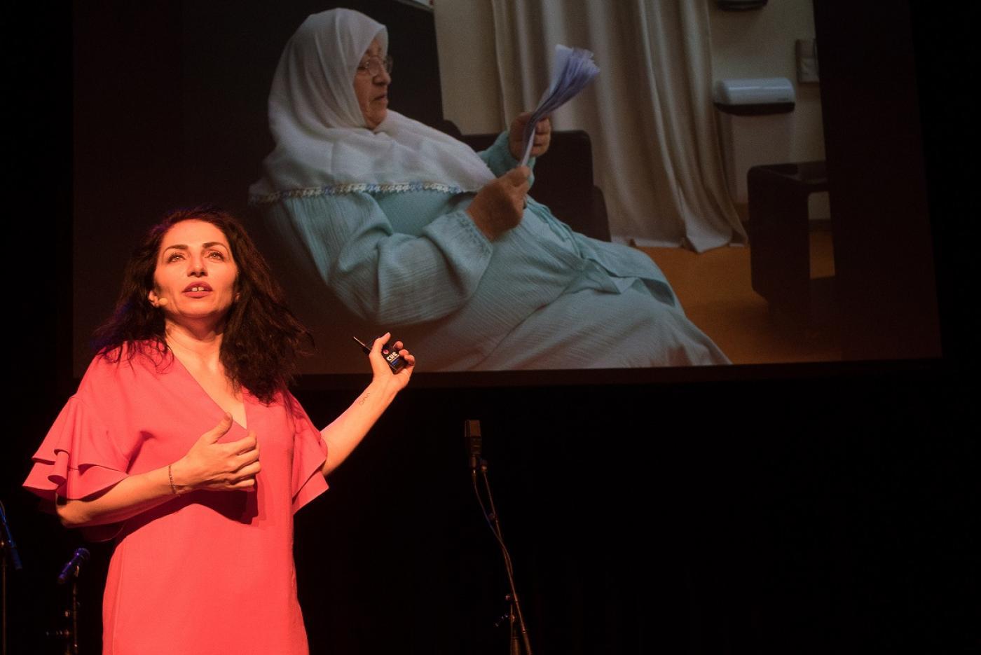 Actrice Nazmiye Oral kreeg de zaal stil over theatertour met haar Islamitische moeder