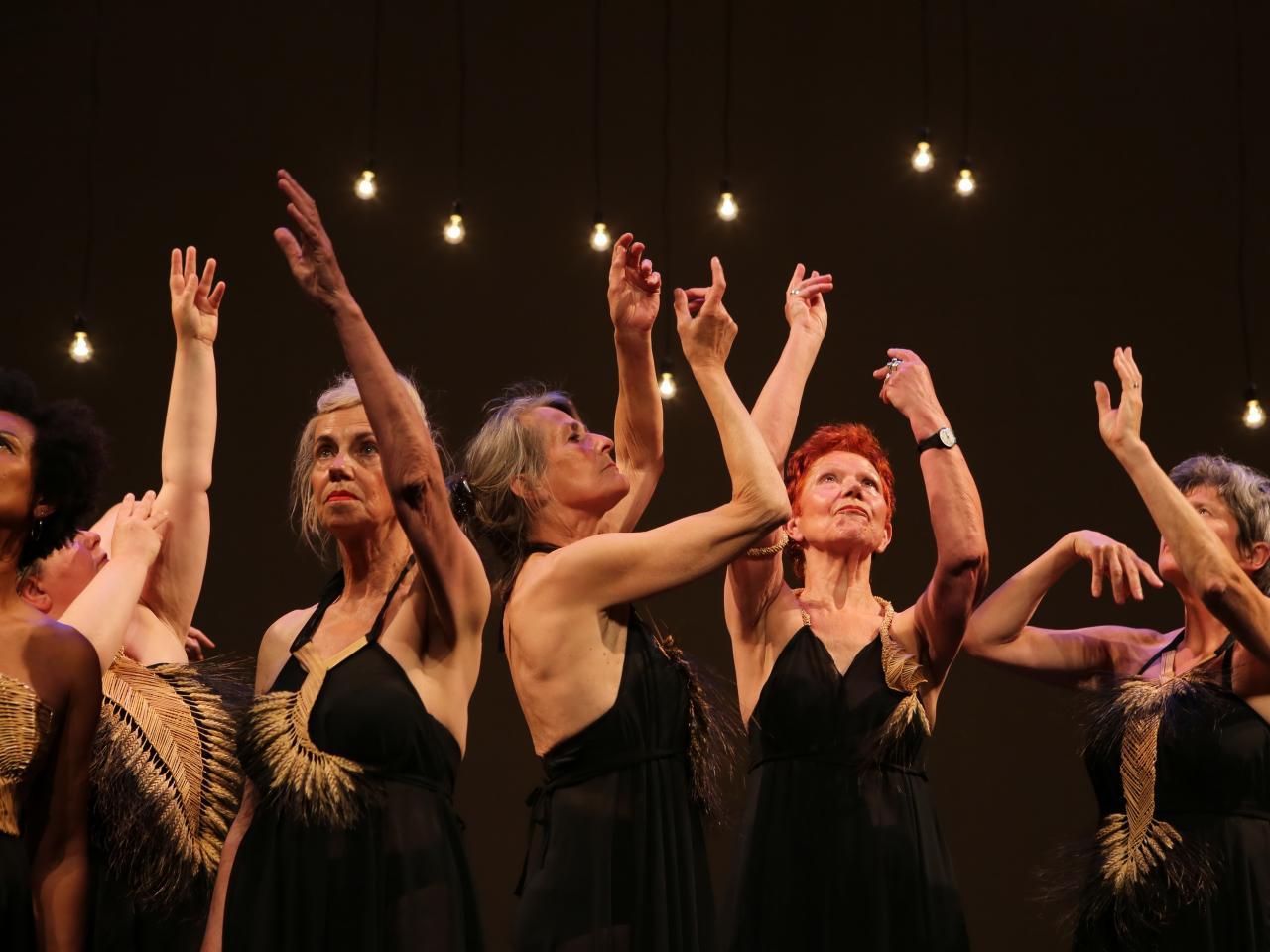 Dansende dames op een podium