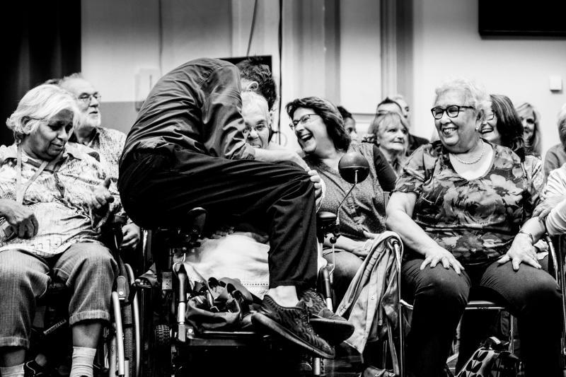speler omarmt een bezoeker in een rolstoel