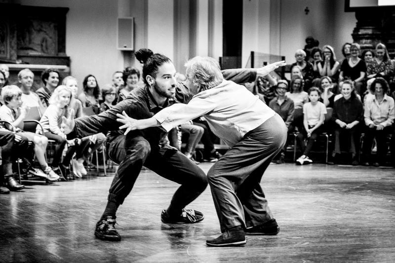 Jonge en oude danser tegenover elkaar