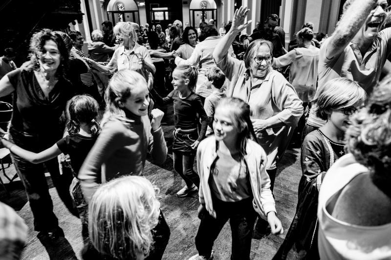 Dansende groep met kinderen en volwassenen