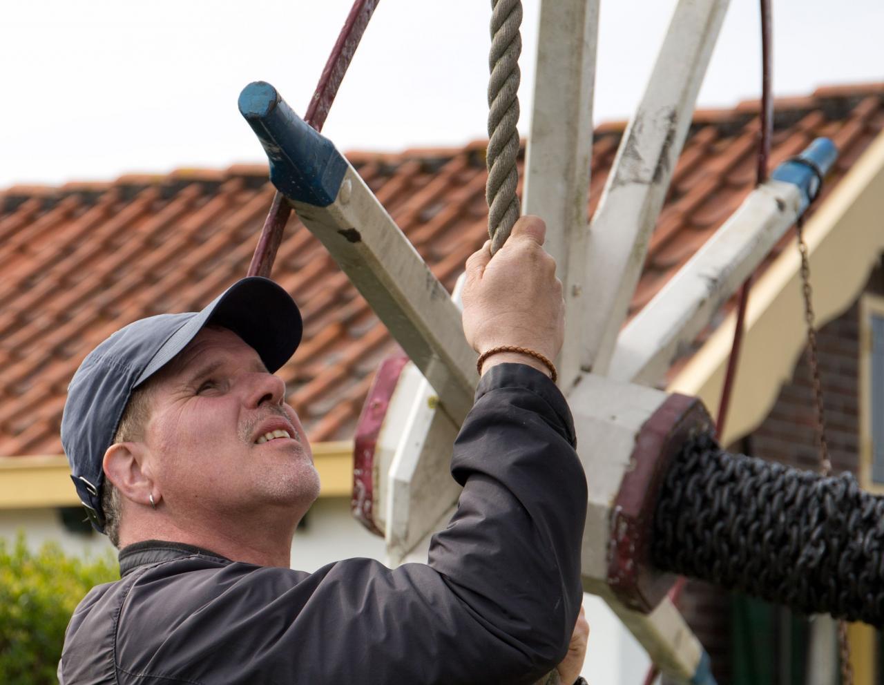 De molenaar in actie - foto: Anton  Haddeman. Overige foto's bij dit artikel: Rob Pols