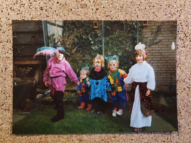 Met mijn familie Carnaval vieren, ik ben het clowntje met de witte gympen