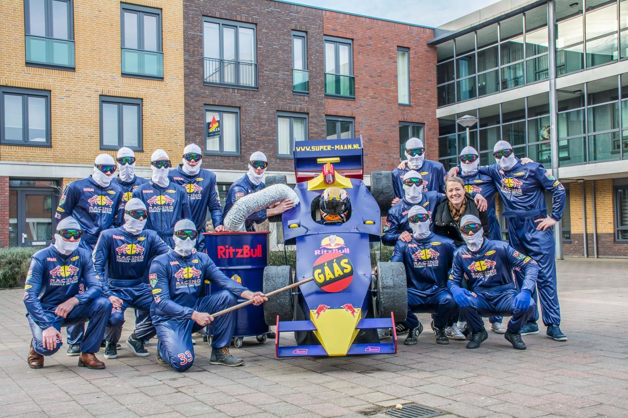 Vriendengroep Super-maan als team RitzBull voor vasteloavend 2017