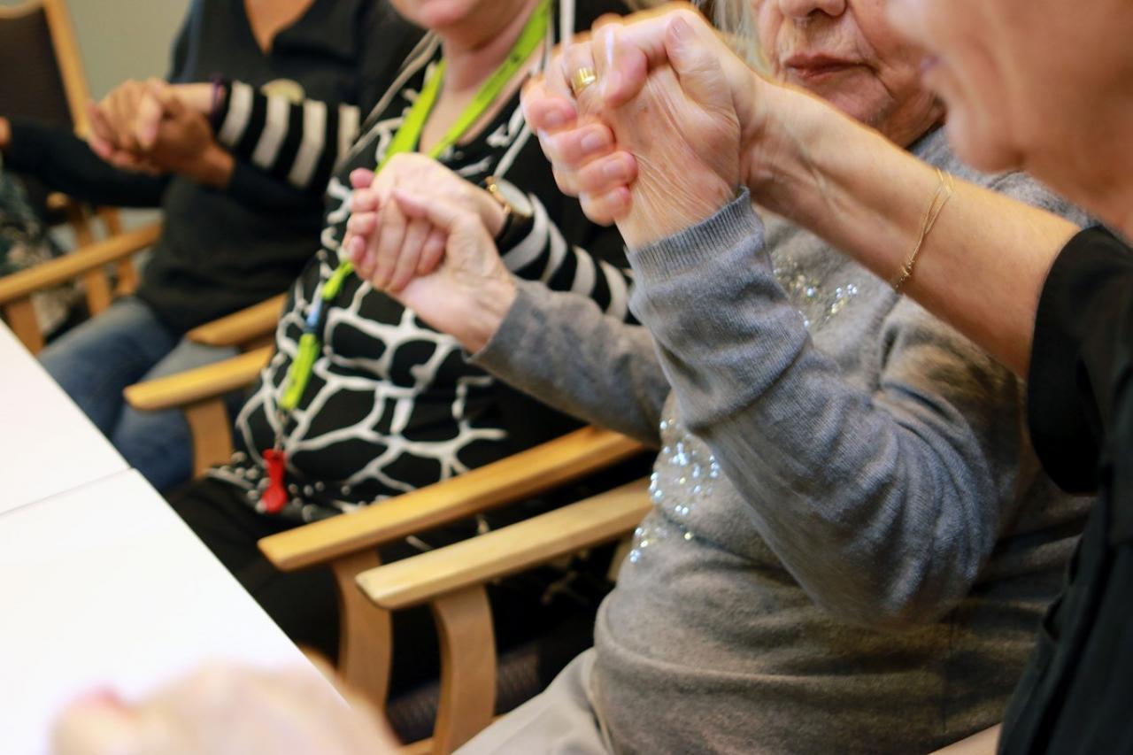 Ouderen samen bezig met kunst en cultuur