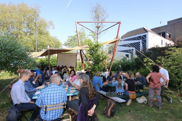 Bewoners in Arnhem bij Festival Ontaarde boom en het kunstwerk. C: Zefanja Hoogers