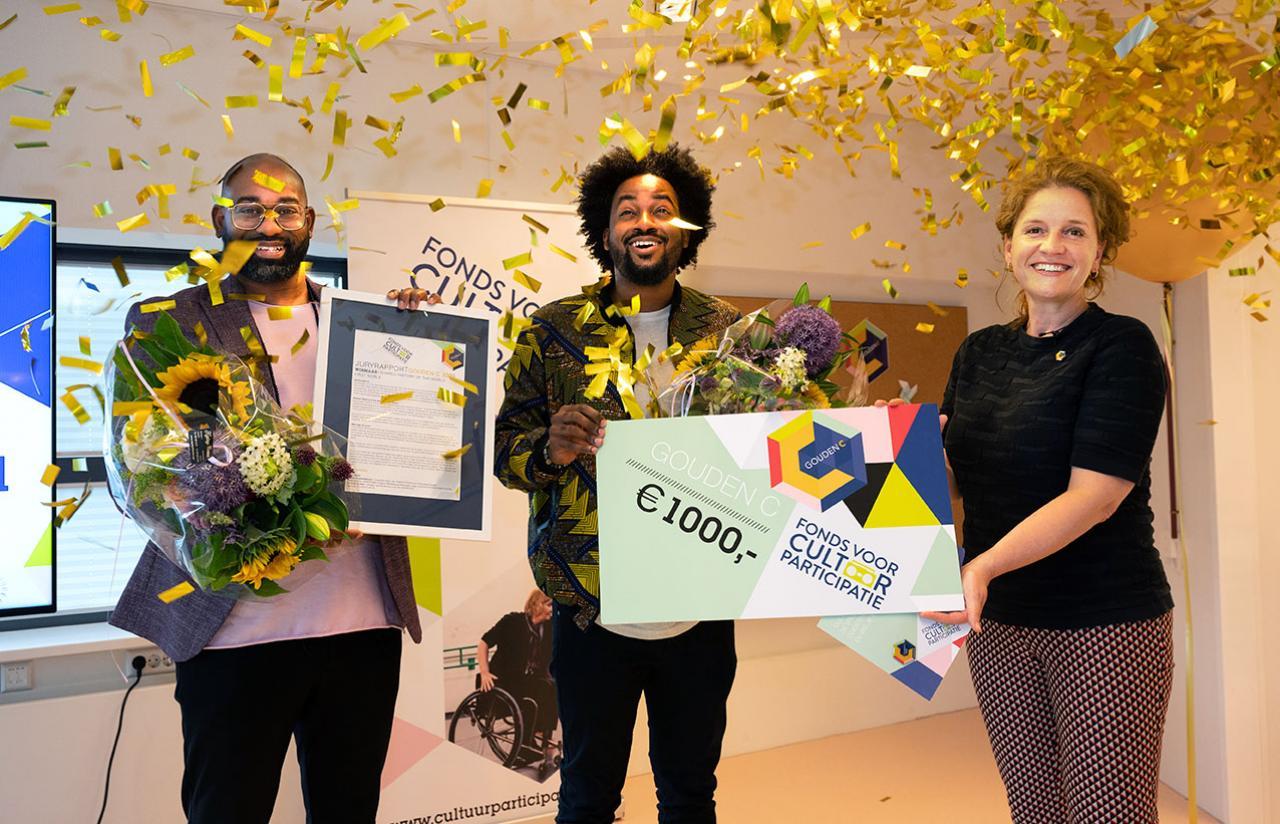 Hedwig Verhoeven overhandigt Gouden C aan Gerald en Steven Vreden voor hun project Shared History of the World - C: Jeannette Schols